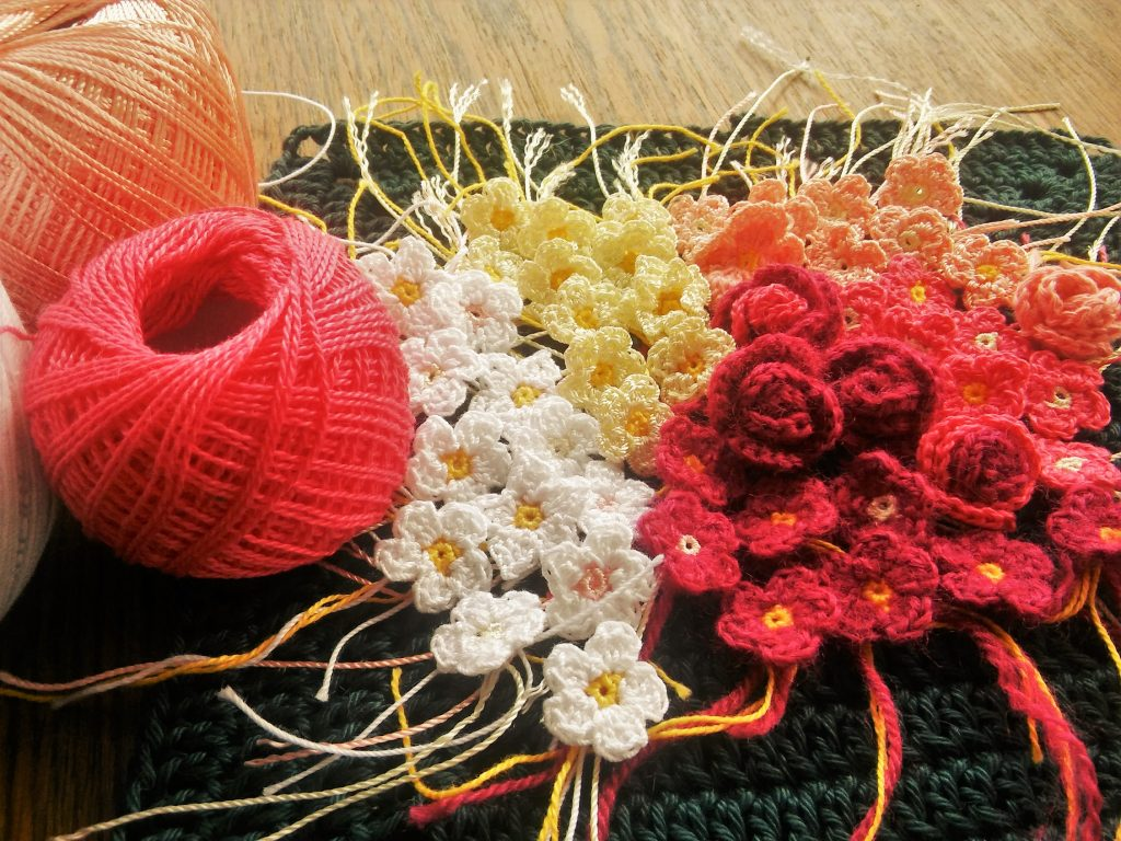 Tiny crochet flowers free pattern the magic loop you can make these flowers in different sizes just by combining various hook sizes and and yarn weights i made some flowers using 15 steel hook and izmirmasajfo